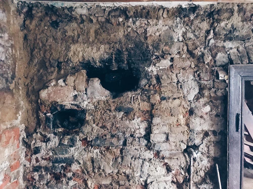 přiznané zdivo s komínem