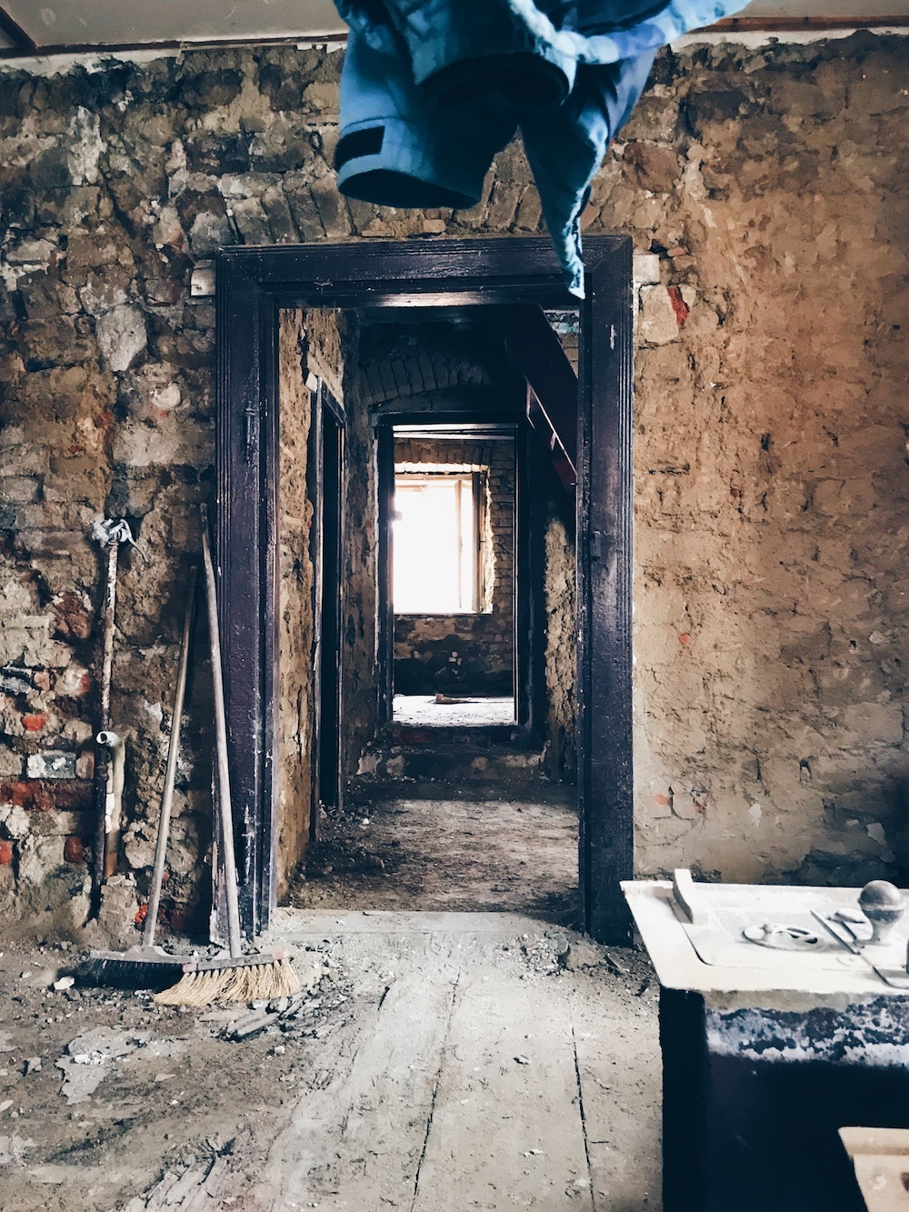 oklepávání zdí a tma
