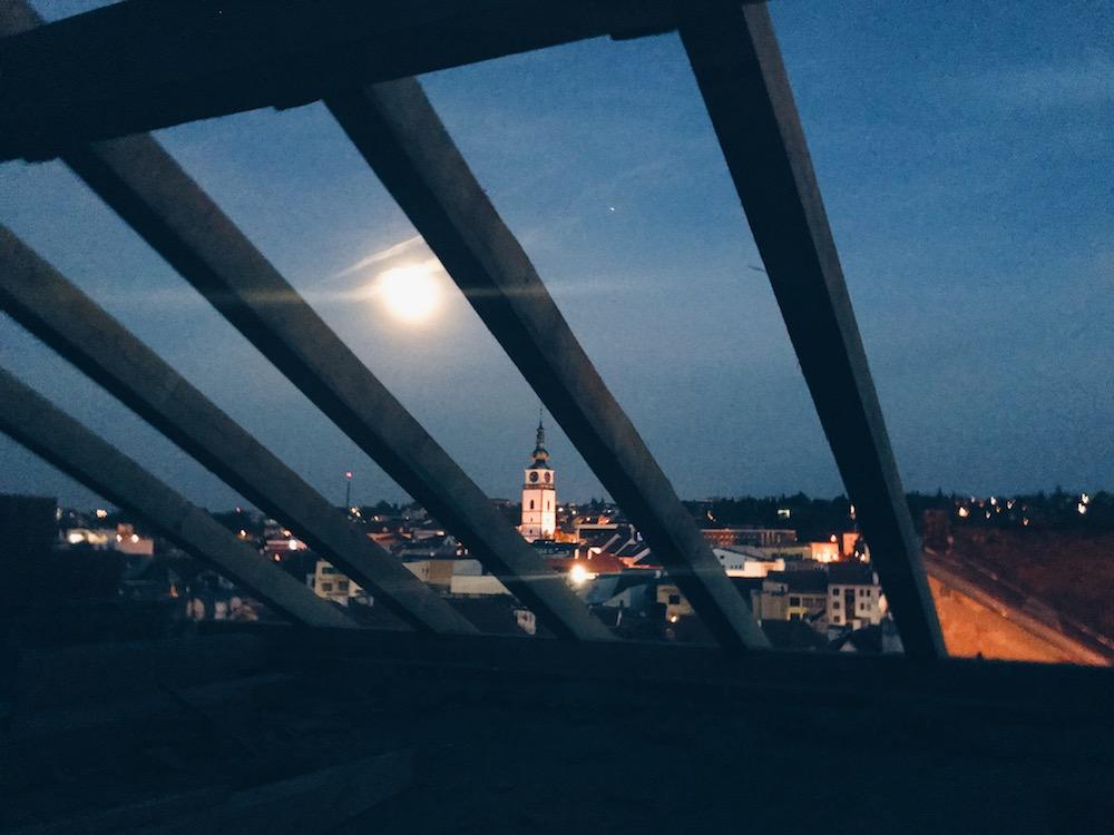 grilování na stavbě Třebíč UNESCO večerní pohled ze střechy