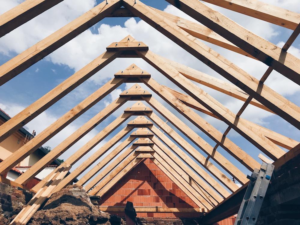 grilování na stavbě Třebíč UNESCO nové krovy